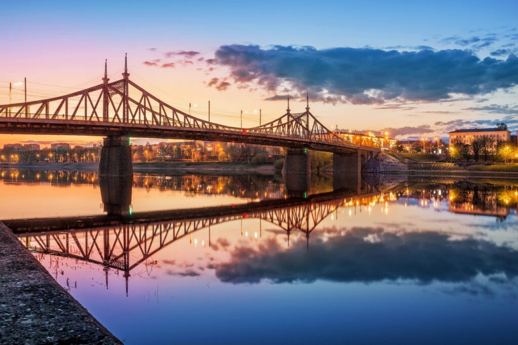 """Bridge similar to the Freedom Bridge in Budapest, opposite the two river supports there are """"peaks"""" connected by transverse arches"""